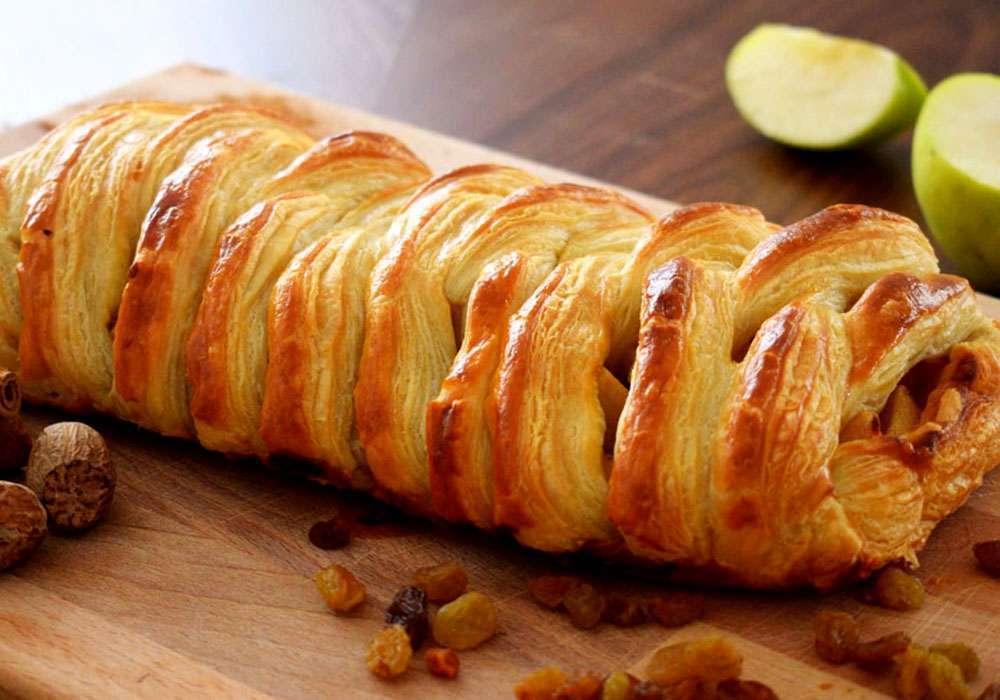 Яблочный слоеный пирог с изюмом и корицей