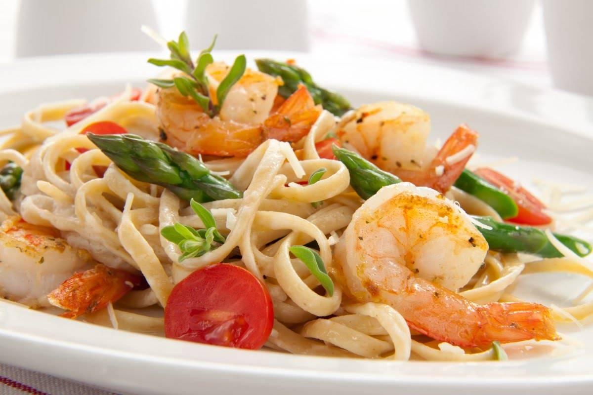 Удон с морепродуктами и овощами