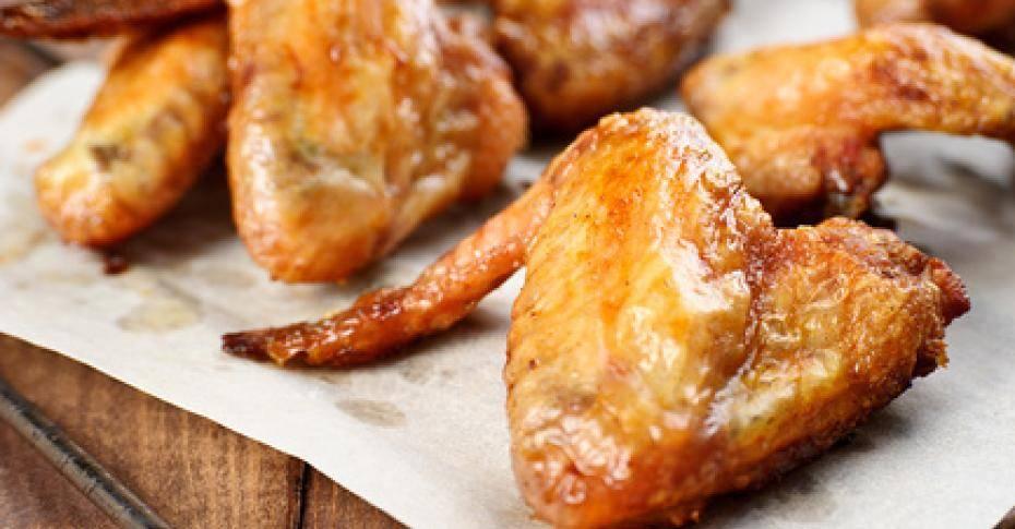 Хрустящие куриные крылышки с соусом