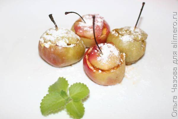 Летний десерт — печеные яблоки с карамелью