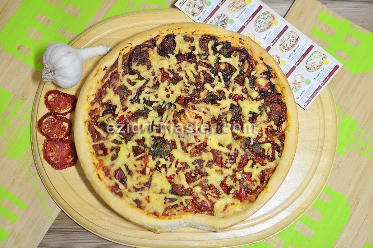 Пицца с вялеными томатами и прошутто