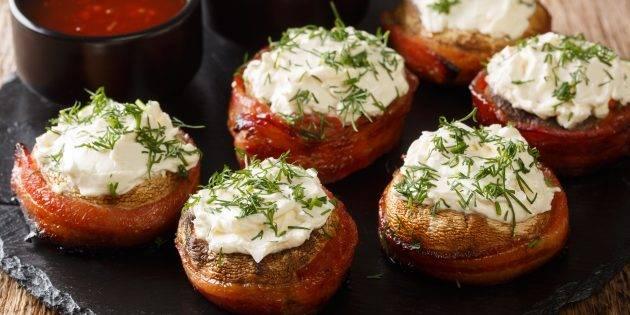 Фаршированные шампиньоны тушеные в сковороде, простой походный рецепт горячей закуски.