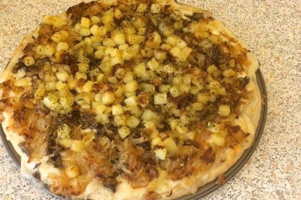 Толстая пицца с картошкой и луком