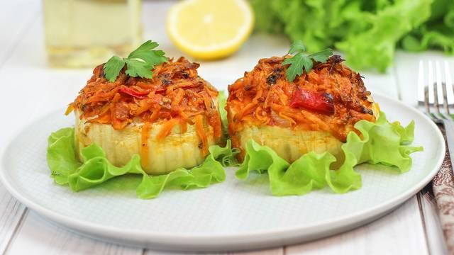Кабачки фаршированные по-средиземноморски с овощным соусом