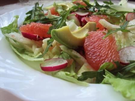 Салат с грейпфрутом курицей и авокадо