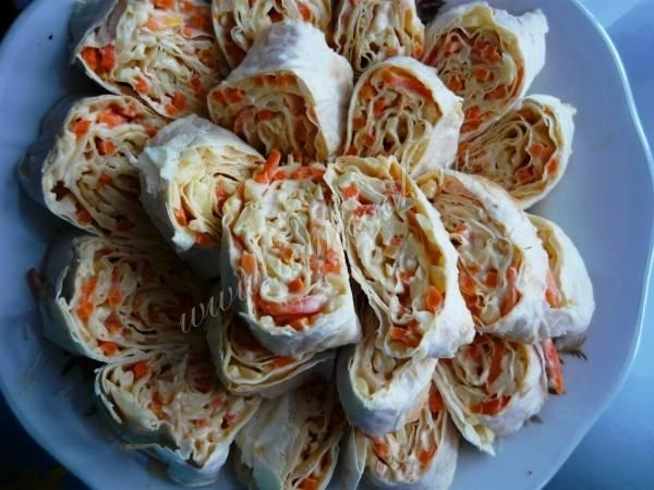 Закуска из лаваша с красной рыбой, сыром, курицей и корейской морковью