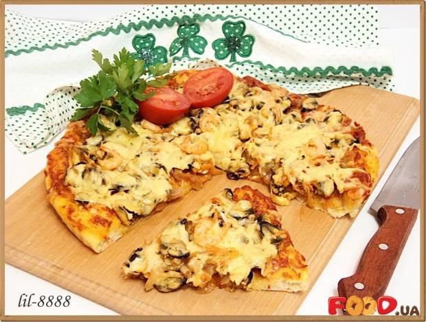 Пицца с морепродуктами и карамельным луком