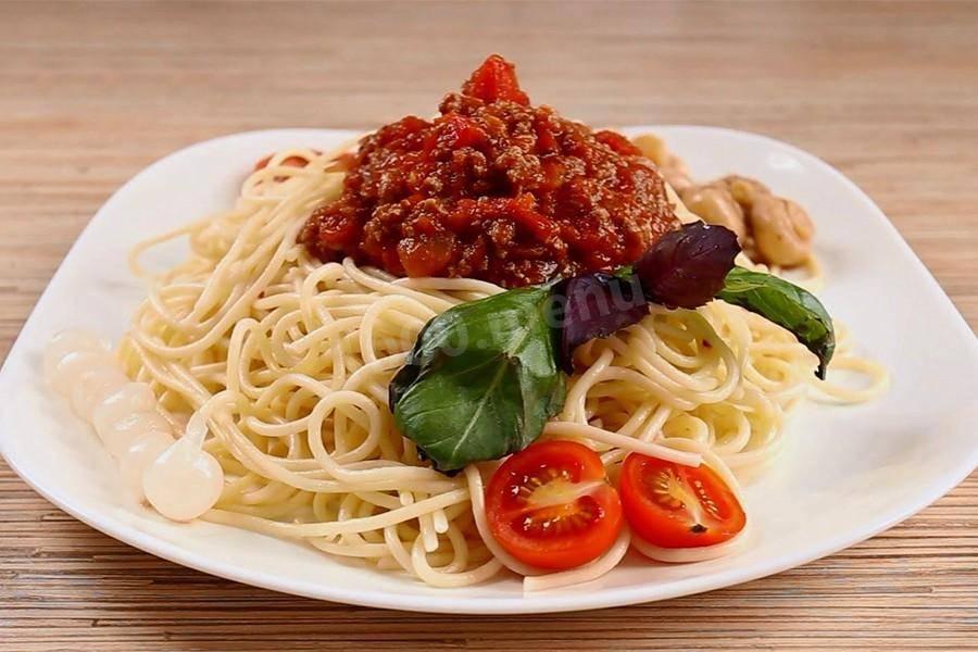Спагетти болоньезе - классический итальянский рецепт с фаршем, в мультиварке, с травами, колбасой и грибами
