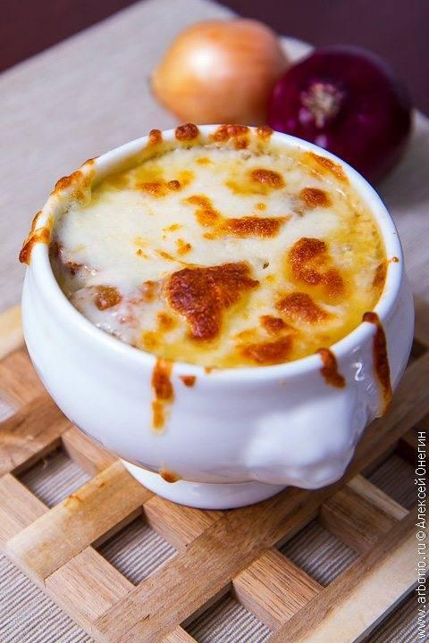 Французский луковый суп: 7 сытных рецептов