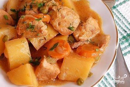 Картошка, тушенная с мясом в горшочке