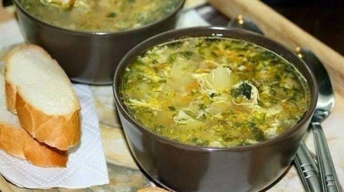 Картофель, тушенный с курицей в сковороде или казане