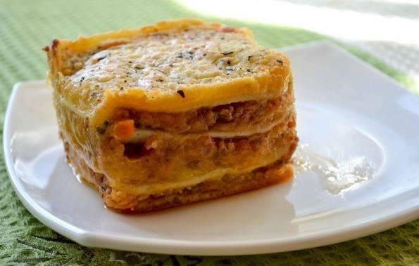 Лазанья с колбасой и травами