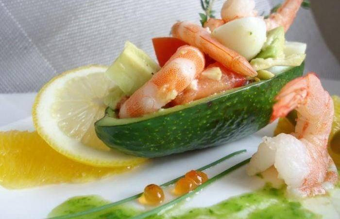 Салат с креветками в лодочках из авокадо