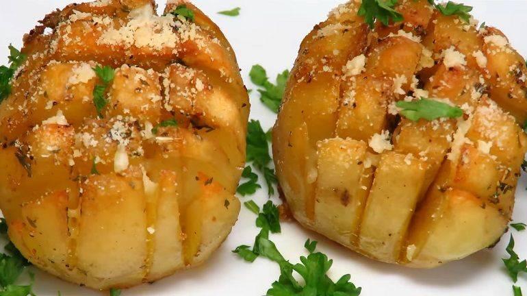 Картофель, запечённый в шкурке с чесночным маслом