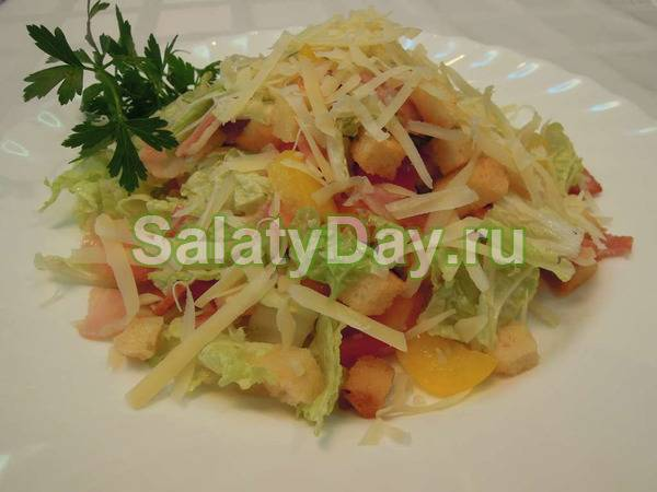 Легкий салат с овощами, беконом и сухариками