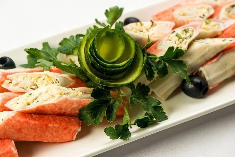 Крабовые палочки, фаршированные сыром и чесноком— 7 рецептов популярной закуски