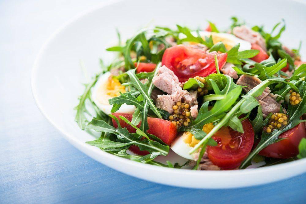 Итальянский салат с тунцом и помидорами