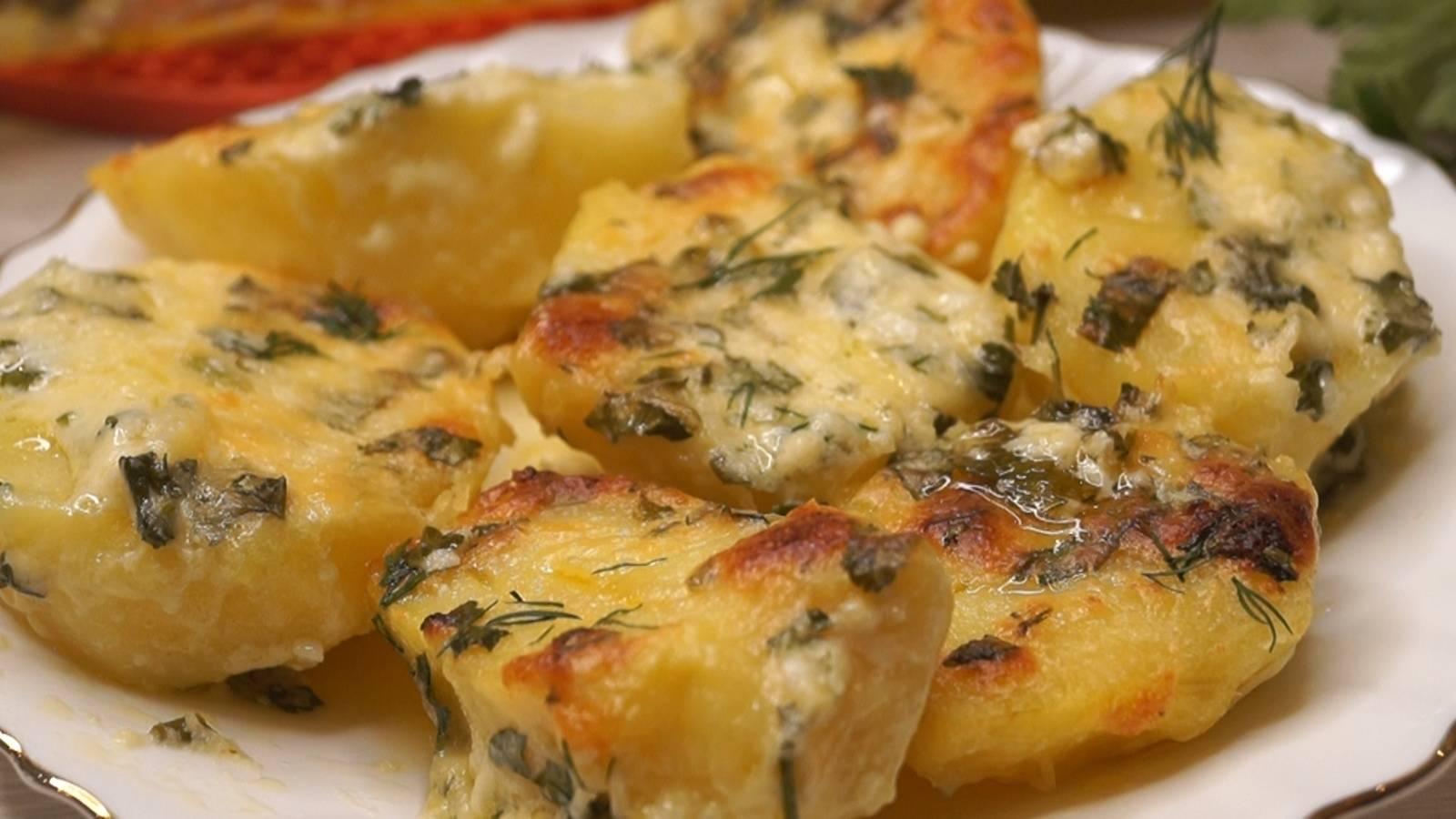 Сливочная картошка с сыром и чесноком в духовке