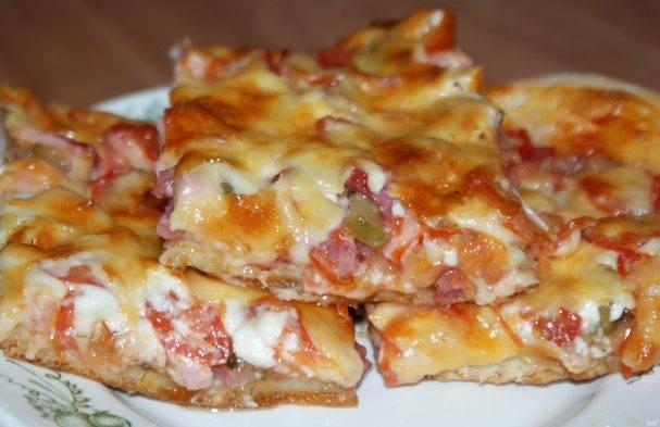 Пицца на тонком тесте с колбасой
