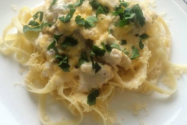 Томатные феттучини в сливочно-сырном соусе