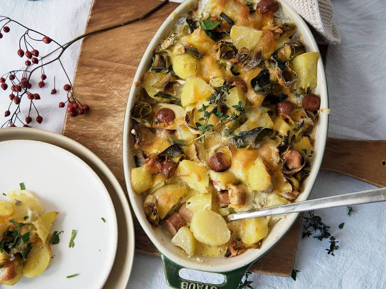 Картофельная запеканка с луком-пореем.