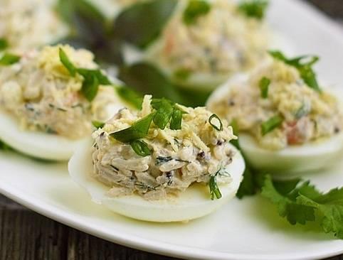 Огурцы, фаршированные редисом, яйцами и отварным языком.. 200 лучших рецептов холодных закусок