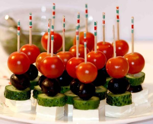 Канапе на шпажках на праздничный стол: простые и вкусные рецепты.