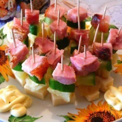 Легкая летняя закуска: мини-слойки с вишней и сыром