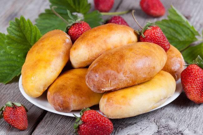 Дрожжевые пирожки с ягодами в духовке