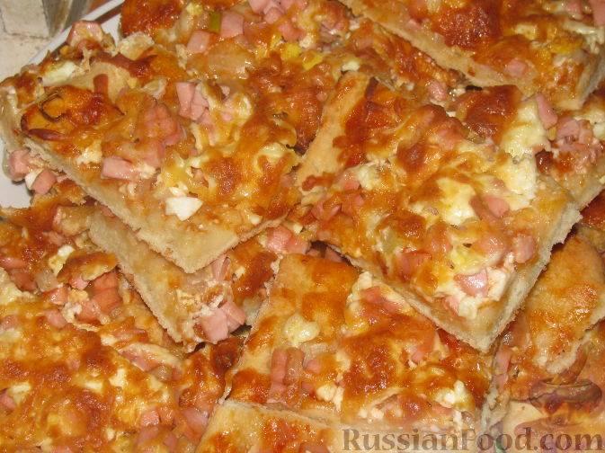 Пицца на сковороде с колбасой и сыром