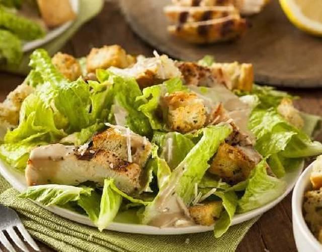 Как сделать простую домашнюю заправку для салата цезарь