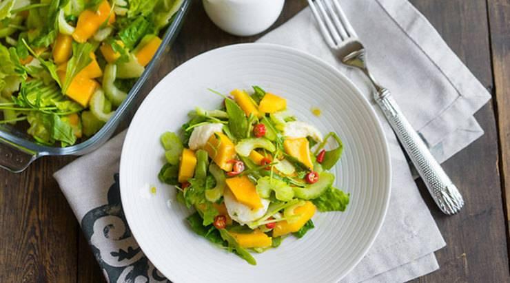 Летний салат с арбузом, мятой и сыром