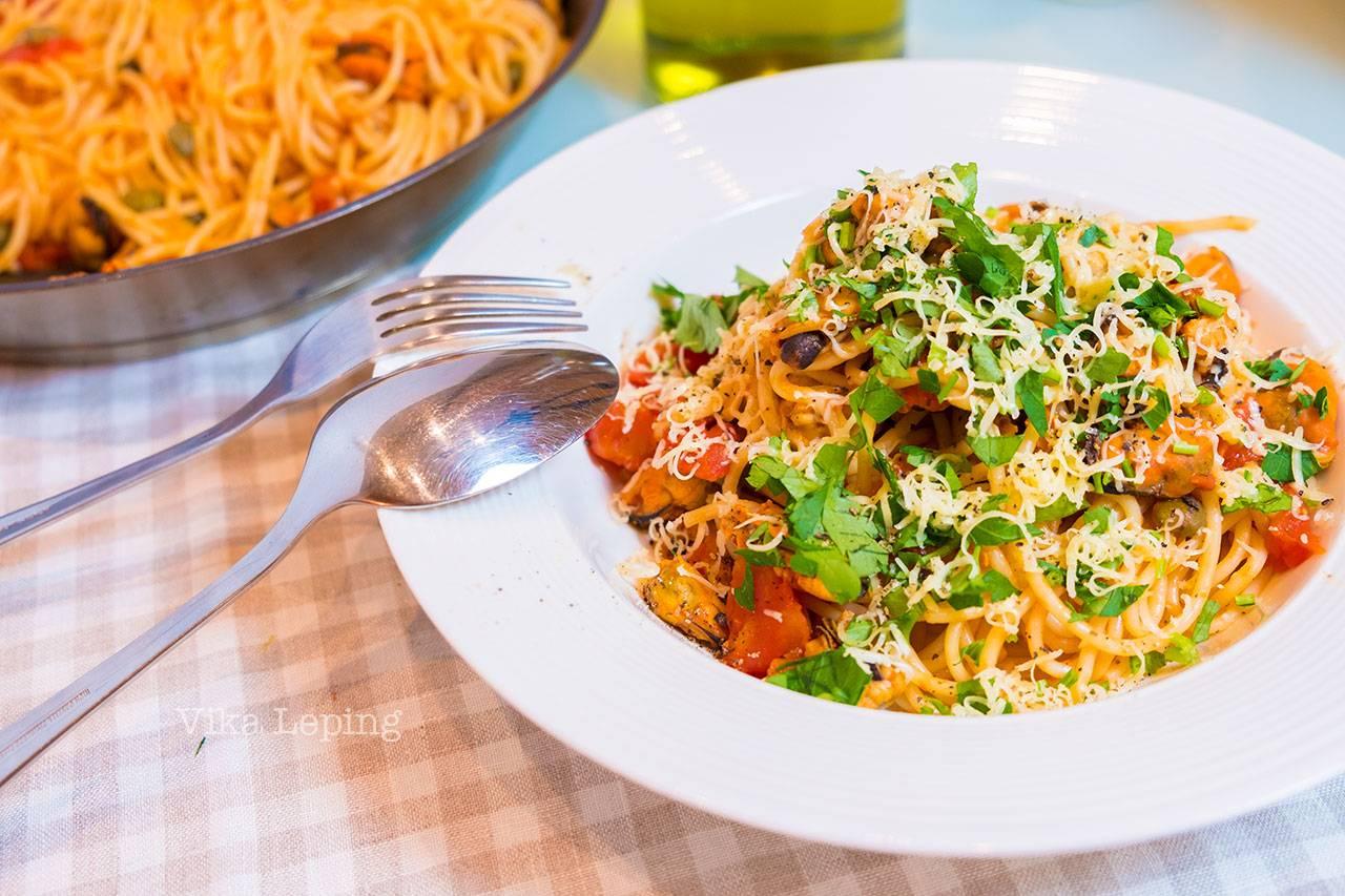 Спагетти с морепродуктами в сливочном соусе - рецепты с креветками, кальмарами, мидиями, крабом и гребешками