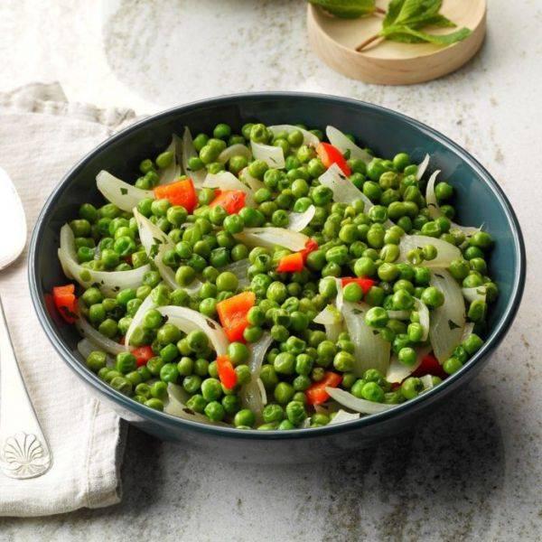 Летний салат из зелёного горошка с мятой и луком