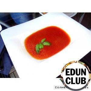 Итальянский томатный суп-пюре с моцареллой и базиликом