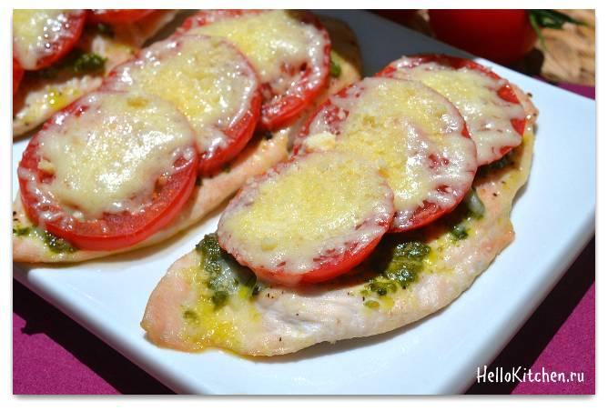Грудка куриная запеченная в духовке с помидорами и сыром. куриная грудка, запеченная с помидорами.