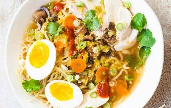 Азиатский острый суп с курицей и овощами