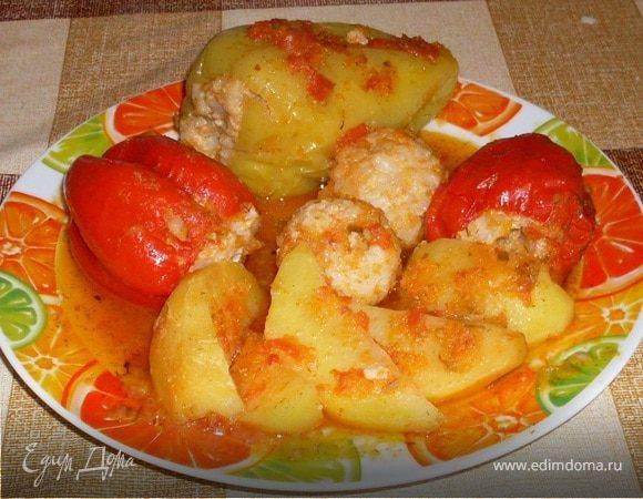 Фаршированные перцы, тушенные с картофелем