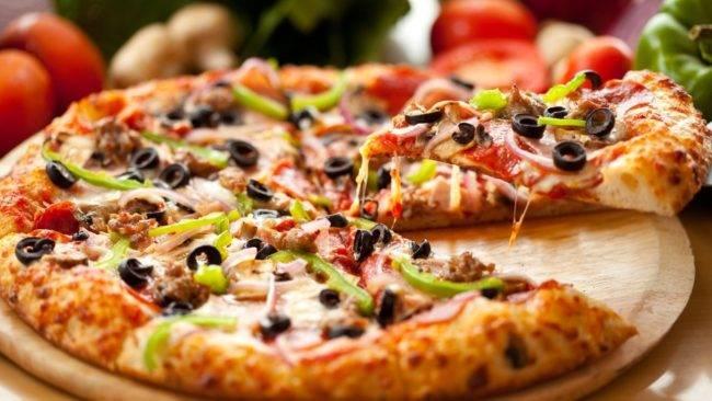 Пицца с салями и моцареллой на дрожжевом тесте