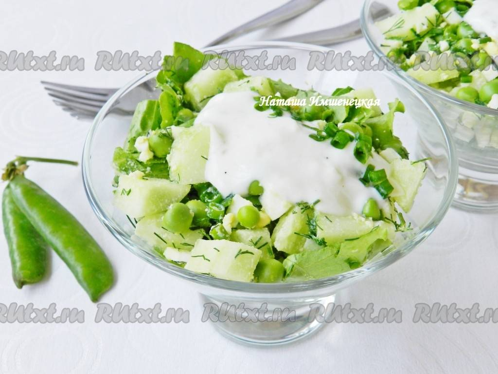 Салат с огурцом, горошком и яблоком