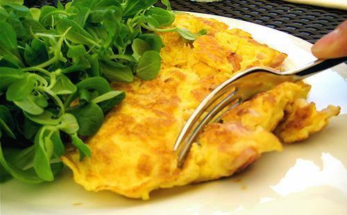 Французский омлет с ветчиной и сыром за 15 минут