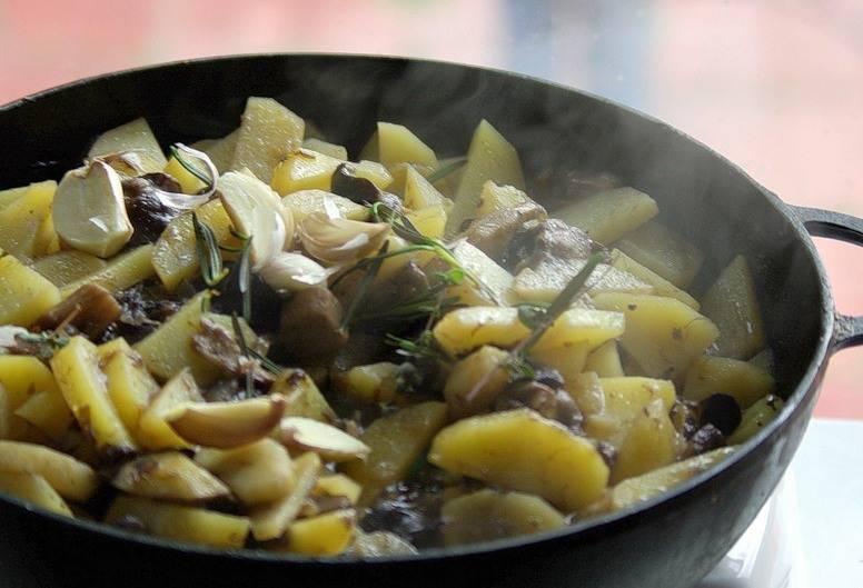 Жарим картошку с грибами на сковороде — рецепты и советы