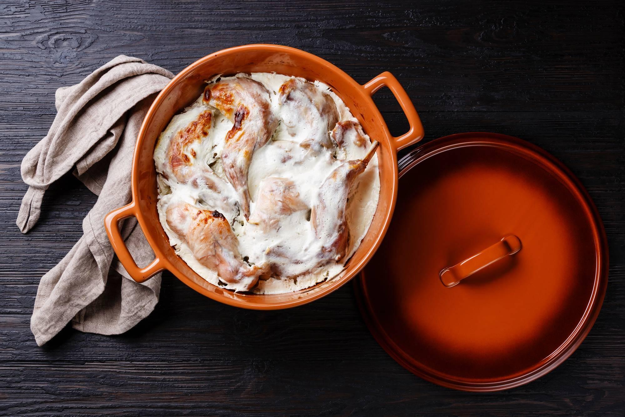 Кролик в сливочном соусе с грибами в духовке