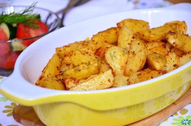 Запечённый картофель в духовке: вкусные рецепты с разными добавками и соусами