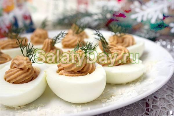 Фаршированные яйца с маринованным укропом и корнишонами