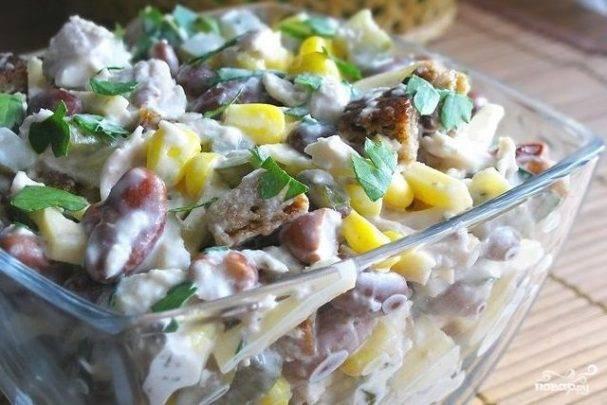Салат с ароматными сухариками и беконом