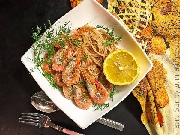 Креветки в сливочно чесночном соусе с макаронами. паста с креветками