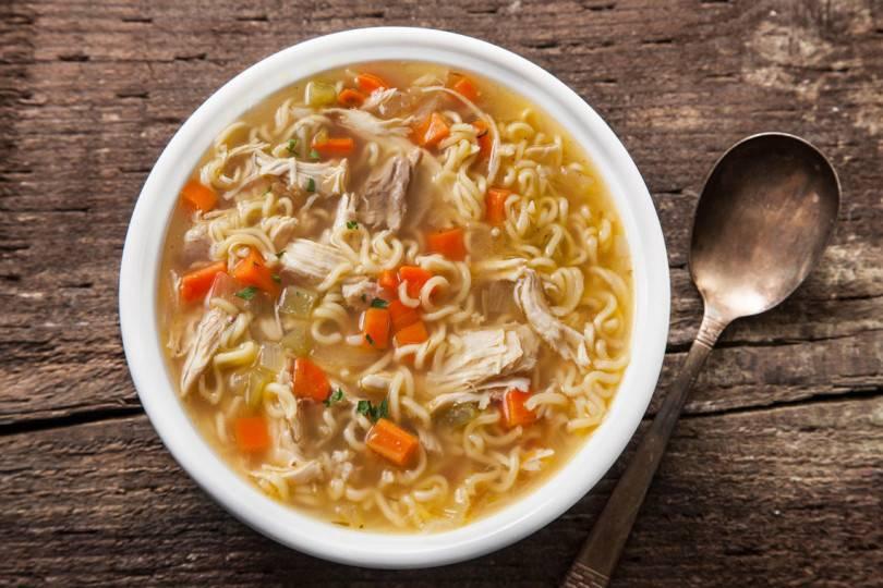Суп с макаронами и курицей. быстрый суп с куриной грудкой.