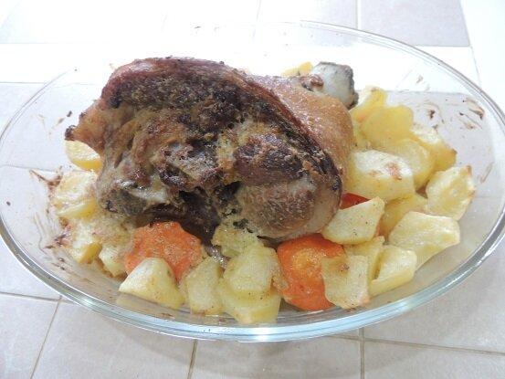 Вкусная свиная рулька запеченная в духовке