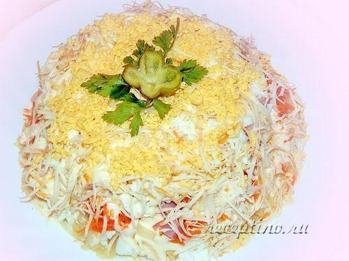 Салат с макаронами, ветчиной и сыром